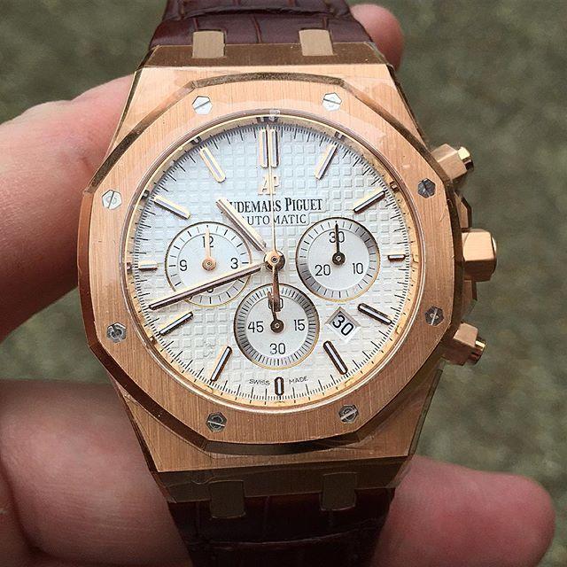 0a16e1ca127 Audemars Piguet Royal Oak Chronograph 26320 Yellow Gold Hands On ...