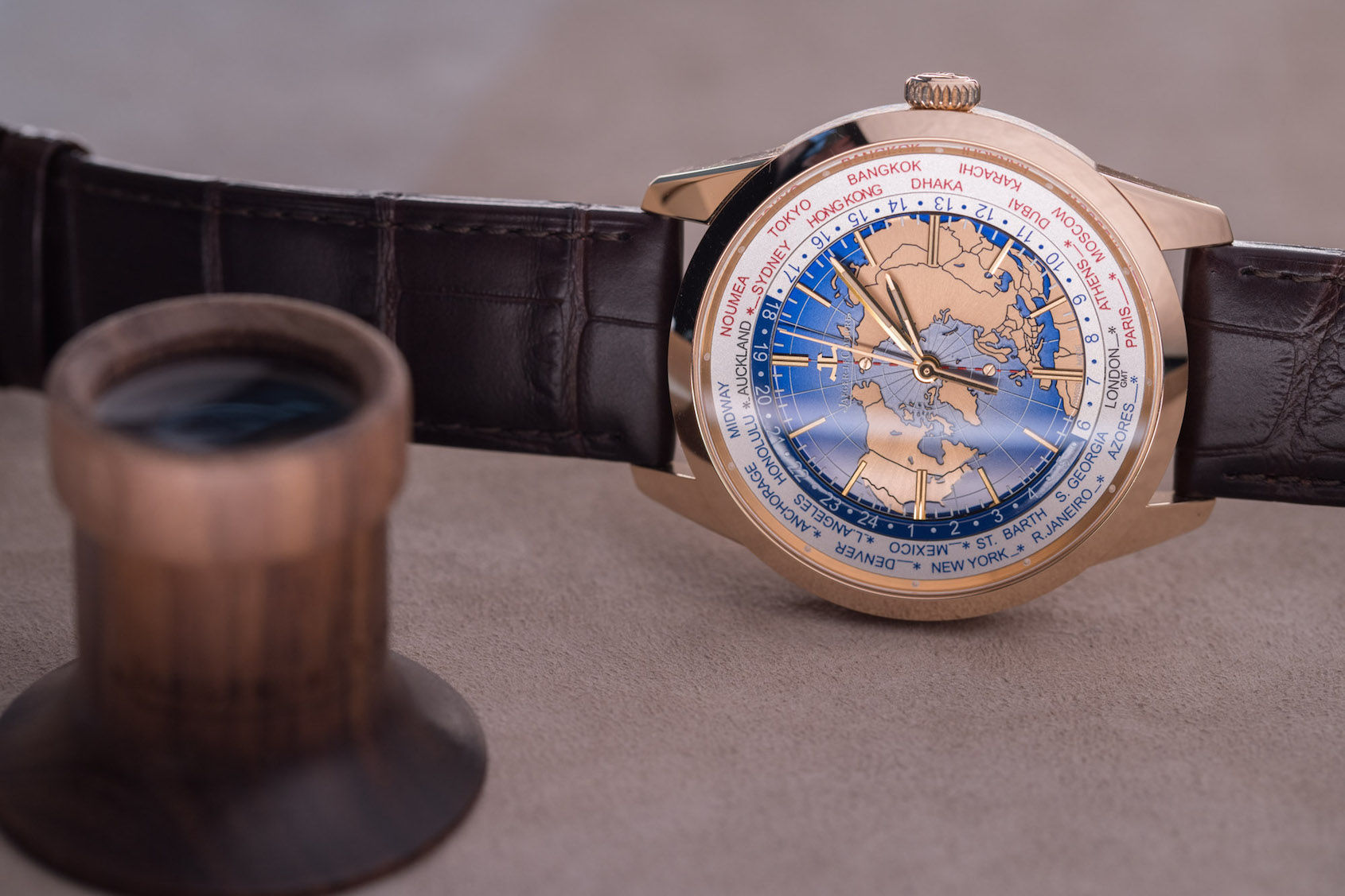 Jaeger-LeCoultre Geophysic Universal Time rose gold version hands on  02